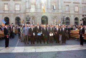 Els alcaldes en el moment de travessar des de l'ajuntament de Barcelona fins a la Generalitat, a plaça Sant Jaume de Barcelona (horitzontal)
